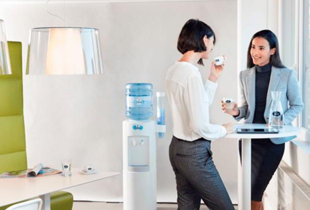 Wasserspender mit Gallonen fürs Büro